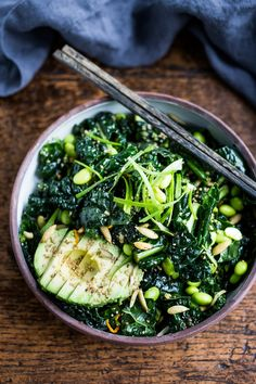 Emerald Kale Salad Emerald Kale Salad w/ Sesame Ginger Dressing, Avocado, edamame, scallions, pumpkin seeds and orange zest. Add seared tofu and turn it into dinner! Soup And Salad, Pasta Salad, Salad Bowls, Shrimp Salad, Tuna Pasta, Crab Salad, Salmon Salad, Macaroni Salad, Shrimp Pasta