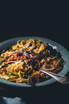 Linssiragu (V) eli maailman paras spagetti bolognese – Viimeistä murua myöten Veggie Recipes, Wine Recipes, Vegetarian Recipes, Healthy Recipes, Veggie Meals, Pesco Vegetarian, Food Crush, Slow Food, Vegan Foods