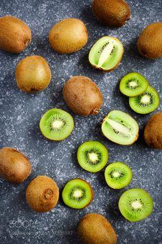 Kiwi fruits by anjelagr