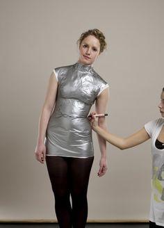 Deze foto's komen van een ander blog. Benodigdheden: - ducktape - huishoudfolie - oud shirt - vulmiddel - schaar - karton voor onder...