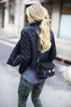 Street style camo pants and quilted jacket Estilo Fashion, Look Fashion, Ideias Fashion, Fall Fashion, Fashion Women, Style Casual, Casual Chic, Edgy Style, Smart Casual
