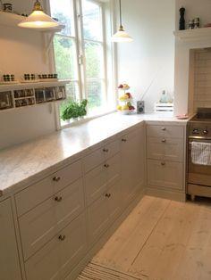 Vi beställde alla stommar från Ikea och de vitvaror vi ville ha och Järfälla lackering gjorde ut alla luckor, täcksidor och passbitar Kitchen Hoods, Old Kitchen, Kitchen Dining, Kitchen Decor, Kitchen Cabinets, Neutral Cabinets, Layout Design, Ikea Hack Kitchen, Dining Nook