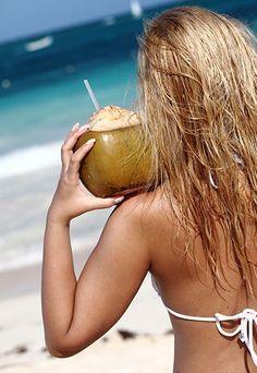 Benefícios da água de coco: pele, unhas e cabelos mais bonitos