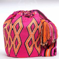 Handmade Hermosa Wayuu bags are rare art. Only small amountsare made because of the complexity and method to produce a single Hermosa Wayuu Bag. Tightly woven