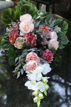 tenDOM... bo w domu najlepiej: Nagrobne wiązanki dla Wybrednych Grave Decorations, Table Decorations, Funeral Flowers, Arte Floral, Fall Flowers, Ikebana, Cemetery, Floral Arrangements, Floral Wreath
