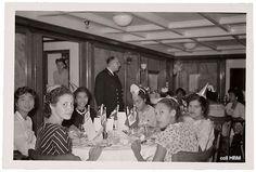 Captain's dinner aan boord van de SS Boskoop in september 1957 op weg van Suriname naar Nederland. Van links naar rechts: Rita Lijkwan, Clara Stolz, Ophelia Ong.A.Kwien, Olivia Gabriël, Nieke Clements en Mavis van Kanten. Collectie: T. Aelbers-Ong.A.Kwien , 07