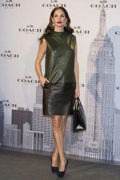 Luciendo embarazo, la modelo española Eugenia Silva lució un vestido de la firma #Coach y un 'tote bag' también de la casa neoyorkina.