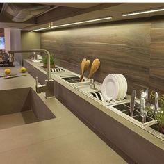 Sonhandoooo com esse escorredor mara na minha próxima casa! ❤️ #kitchen #inspiração #decor #design #interiordesign #arquitetura #decoração #homedecor #papodecora #blogpapodecasada #papodecasada