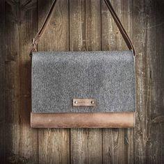Max, der Messenger Bag im Hochformat aus Filz & braunem Leder begeistert mit puristischem Vintage-Style, Kuriertasche, Ledertasche, Filztasche