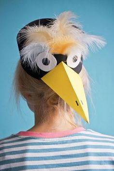 This raven mask is made in 5 minutes. We show you here how you can get the bird mask yourself. Crazy Hat Day, Crazy Hats, Circus Family Costume, Family Halloween Costumes, Halloween 2020, Bird Wings Costume, Zombie Makeup Easy, Raven Mask, Old Lady Costume