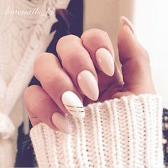 False nails have the advantage of offering a manicure worthy of the most advanced backstage and to hold longer than a simple nail polish. The problem is how to remove them without damaging your nails. Almond Acrylic Nails, Almond Shape Nails, Almond Nails, Gel Manicure, Gel Nail Polish, Diy Nails, Nail Art Halloween, Beautiful Nail Polish, Gel Nails French