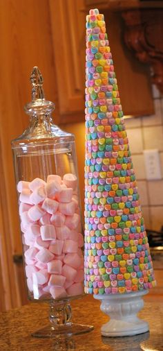 Arbre confectionné avec les bonbon petits coeurs avec des mots collés sur un cône de styromousse