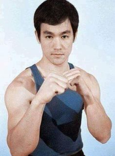 Bruce Lee ~ Jeet Kune Do ~ 'On Guard Fighting Stance With Right Hand Leading Like A Southpaw Boxer' for a right handed person with strongest weapons up front. Brandon Lee, Kung Fu, Bruce Lee Photos, Steven Seagal, Martial Arts Movies, Martial Artists, Chuck Norris, Jackie Chan, Eminem