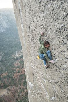 Science Discover I love free climbing but that is a helluva long way down. Ice Climbing, Mountain Climbing, Boulder Climbing, Climbing Girl, Rock Climbing Gear, Parkour, Photo Vintage, Scary Places, Mountaineering