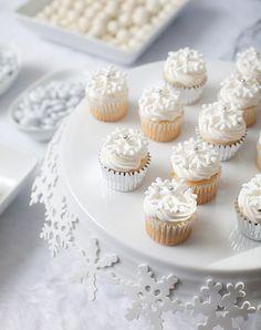 Mini cupcakes pour un dessert dîner en blanc Paris. Winter Cupcakes, Mini Cupcakes, Holiday Cupcakes, Yummy Cupcakes, Cupcake Cakes, Pretty Cupcakes, Beautiful Cupcakes, Lace Cupcakes, Sweet Cupcakes