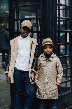 The best street style snaps from London's Fall 2017 men's shows. Photographs by Dan Roberts. Preteen Fashion, Toddler Fashion, Kids Fashion, Autumn Fashion, Men Fashion, Fashion Dolls, Baskets Gucci, Stylish Boys, Mens Fall