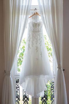 Vestido de noiva em evasê com detalhes e meia manga em renda. Foto: Jann La Pointe