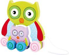"""De uilen moeder onderwijst haar kuiken met het """"rollen"""". Het trekfiguur heeft verschillende functies: uit elkaar halen, maar ook om te schuiven, alleen of met z'n tweeën en zelfs om in elkaar te steken. Netjes geschilderd, wordt zo spelenderwijs de vormenherkenning en uitvoering van de beweging getraind.  Afmetingen 18cm x 5cm x 17cm - Base Toys Houten trekfiguur uil"""