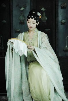 Lady in ancient Chinese Hanfu style dress doing needlework. Hanfu, Cheongsam, Geisha, Traditional Fashion, Traditional Dresses, Traditional Chinese, Chinese Opera, China Girl, Chinese Clothing