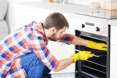 Use these tips to avoid coming in contact with harmful chemicals found in conventional oven cleaners. Natural Oven Cleaning, Oven Cleaning Hacks, Cleaning Oven Racks, Self Cleaning Ovens, Cleaning Solutions, Best Oven Cleaner, Clean Grill, Clean Oven, Baking Soda And Lemon