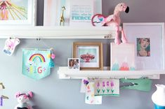 9 Ways to Display Many Photos Without a Perfect Wall of the Gallery - Best Decor Designs Kids Art Galleries, Free Printable Art, Wooden Stairs, Table Top Display, Custom Kitchens, Cool House Designs, Photo Displays, Rustic Design, Household Items