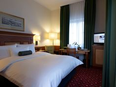 Ein Queensize-Room wie aus einem Traum! Bed, Furniture, Home Decor, Decoration Home, Stream Bed, Room Decor, Home Furnishings, Beds, Home Interior Design