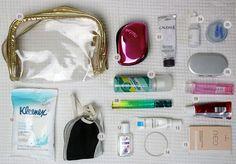 Aprenda como montar uma necessaire com itens essenciais para a viagem internacional de avião. Saiba também o que pode carregar na bagagem de mão.