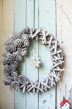 Best Christmas Door Decoration To Inspire You 12 Christmas Tree In Basket, Cat Christmas Ornaments, Christmas Wreaths To Make, Christmas Door Decorations, Christmas Makes, Felt Christmas, How To Make Wreaths, Homemade Christmas, Christmas Crafts