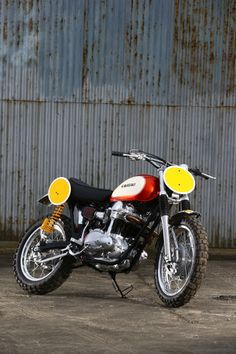 Even TV stars and retired former race aces aren't immune to the project bike disease. Former World Superbike racer James Whitham has spent the last 15 months building this amazing Kawasaki W650 street tracker. Thanks to Classic Bike magazine, we've got the story: http://www.bikeexif.com/w650-tracker