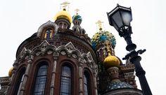 A Saint Pétersbourg l'Eglise Saint Sauveur du Sang Versé fait partie de ces icônes qu'on voit depuis l'autre bout de la ville. Ses dômes d'or et de couleurs s'élèvent comme des glaces à l'italienne. A l'intérieur tous les murs sont recouverts de mosaïques d'or. Sublime! #saintpetersburg #church #russia