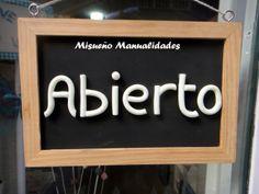 """Cartel de """"abierto"""" hecho con Fimo """"brilla en la oscuridad"""" sobre una pizarra.  www.misuenyo.com / www.misuenyo.es"""