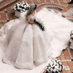 The whole wedding party could come in UNDER this dress! Toda a festa de casamento pode vir sob este vestido ! Stunning Wedding Dresses, Princess Wedding Dresses, Dream Wedding Dresses, Beautiful Gowns, Beautiful Bride, Bridal Dresses, Wedding Gowns, Flower Girl Dresses, Wedding Dress Organza