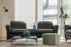 Czarny to kolor klasycznej elegancji. Jeśli więc zdecydujesz się na czarną, skórzaną sofę Volta #GalaCollezione, możesz mieć pewność, że wprowadzi do Twojego salonu nutę powagi i prestiżu. Połącz ją z industrialnymi dodatkami, designerską lampą #Markslojd z czarnym kloszem i złotą podstawą, a uzyskasz ciekawą wizualnie aranżację, o ponadczasowym charakterze. #GalaCollezioneInspiruje #GalaCollezioneInspires #design #livingroom #homedesign #czarnasofa #aranżacjewnętrz #interiordesign Recliner, Lounge, Sofa, Chair, Furniture, Home Decor, Living Room, Airport Lounge, Drawing Rooms