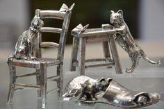 Figurines de chats sur chaise ou banc qui guettent un papillon, chat chassant une souris dans une chaussure ... tout le charme de la collection Thierry Boulay par Etains du Campanile.