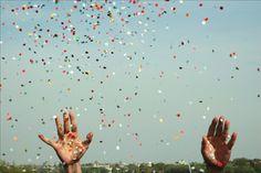 Imagem de sky, hands, and confetti