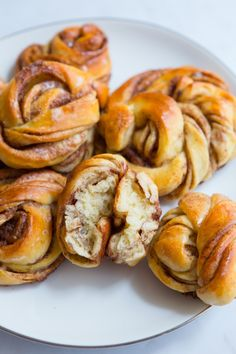 Brioches roulées à la cannelle – Kanelbullar – Gourmandiseries Succumb to cinnamon rolls, the kanelbullar straight from Scandinavia! Cardamom buns generously topped with cinnamon, ideal for afternoon tea or breakfast! Hashbrown Breakfast Casserole, French Toast Casserole, Milk Recipes, Dessert Recipes, Cooking Recipes, Night Dinner Recipes, Mexican Breakfast Recipes, Breakfast Toast, Vegan Breakfast