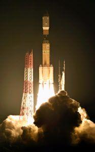 「こうのとり」6号機を搭載して打ち上げられるH2Bロケット(9日午後10時26分、鹿児島県の種子島宇宙センター)=共同