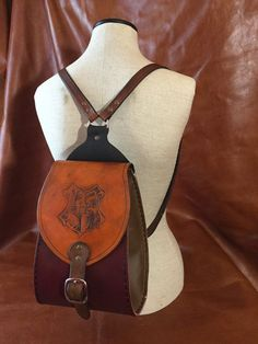 Harry Potter-Hogwarts Backpack by RouletLeather on Etsy Bijoux Harry Potter, Objet Harry Potter, Harry Potter Accessories, Harry Potter Room, Harry Potter Style, Harry Potter Outfits, Harry Potter Fandom, Harry Potter Hogwarts, Harry Potter World
