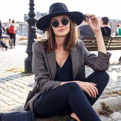 """O chapéu é, sem dúvidas, um dos acessórios mais cool que uma mulher pode ter.Muitas pessoasnão sabem muito bem como usá-loe outras nem se arriscam por medo de ficarem """"fantasiadas""""c…"""