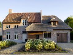 Nouvelle construction • rustique • classique • porte de garage en bois • toit en paille • allée • Photo: www.huyzentruyt.be