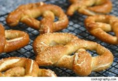 soft pretzel recipe for bread machine (use egg replacer and vegan butter for Vegan option) Homemade Soft Pretzels, Pretzels Recipe, Homemade Breads, Pretzel Recipe Bread Machine, Ma Baker, Pretzel Dough, Bread Maker Recipes, Pasta, Dough Recipe