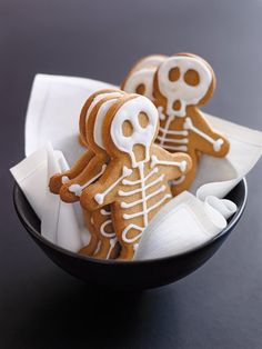 Spooky and delicious Halloween treats, ranging from Dracula Dentures to Cobweb Cakes, Gingerbread Skeleton Houses to Ghost Cookies. These adorable desserts are perfect for your fright night party this Halloween, and so easy - its scary! Halloween Desserts, Halloween Fingerfood, Postres Halloween, Halloween Cookies, Halloween Fun, Halloween Biscuits, Halloween Decorations, Halloween Cupcakes Easy, Halloween Cookie Cutters