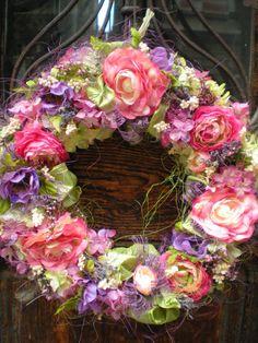 Xénie Velký romantický věnec do stylového interiéru z látkových i sušených květin na pevném slámovém korpusu o průměru 36 cm.
