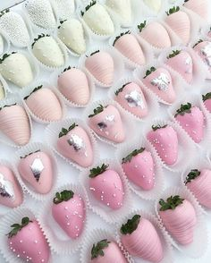 🍓💞 🍓 Ok, these pinkombré strawberries are the perfect midday sweet treat! Wouldn't you just LOVE this for your bridal shower? 💞 Sweets by… Pink Parties, Birthday Parties, Sweet 16 Parties, Pastell Party, Chocolate Dipped Strawberries, Strawberry Dip, Strawberry Shortcake, Strawberry Desserts, Homemade Chocolate