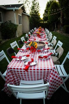 New Seafood Broil Party Table Settings Lobster Bake Ideas Shrimp Boil Party, Crawfish Party, Seafood Party, Crab Party, Crawfish Season, Bbq Party, Burger Party, Seafood Broil, Lobster Boil