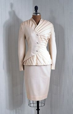 ivory silk crepe suit by Lilli Ann Fashion Moda, 1940s Fashion, Look Fashion, Fashion Details, Vintage Fashion, Fashion Design, Edwardian Fashion, Fashion Beauty, Moda Vintage