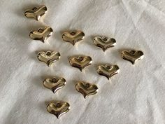 P79PM- Dije de corazón plastimetal 23x15, color dorado, precio Mayoreo $2,00 arriba de 6 piezas, precio Menudeo $ 4,00.