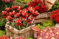 doces decorados em forma de cesta de frutas para festa chapeuzinho vermelho.