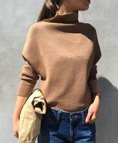 洋服屋さんに行けば、どこのお店でも秋服が並んでいます。秋服って可愛いけれど、着る期間が短いし本当に必要なの?そんなお悩みを解決すべく、秋服を賢く買う5つのメソッドをご紹介します。