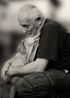 B&W stunning photo showing the love between a dog and its owner. #dogs #dogboarding #dogsitting http://www.waggingtailsuk.co.uk